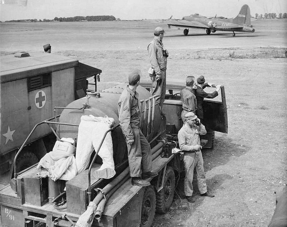 Ambulance_waiting_for_B-17_at_Alconbury.thumb.jpg.6c879a15eb0cd77a16dd82a013b97480.jpg